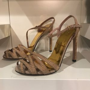 Gucci-Never worn.100% auth. Nude suede w gold